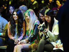 セレーナ・ゴメスが世界各国のティーン・ブロガー達とともにニューヨークでファッションショーを開催!!