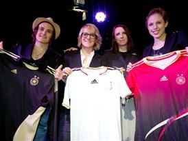 Nadine Angerer, Saskia Bartusiak, Designerin Annette Kres und Kim Kulig (v.l.) mit den neuen DFB Trikots