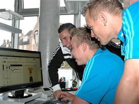 Mit dem adidas Service mi Team gestalten die THW Kiel Spieler mit Dominik Klein ihr Trikot selbst
