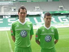 Marcel Schäfer und Vierhina im neuen Wolfsburger Heimtrikot