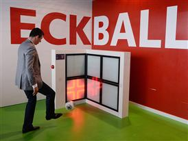 Kick Off des neuen Torfabrik durch Roy Makaay