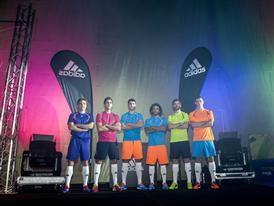 """botas """"Samba Pack"""" en un evento lleno de color"""