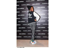 H Courtney Parker με total look adidas