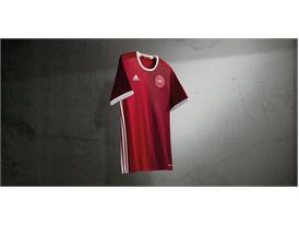 La selección nacional de Dinamarca lanza la nueva camiseta de casa antes de la emocionante eliminatoria contra Suecia para la UEFA EURO 2016