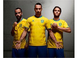 Националният отбор на Швеция представя новите си фланелки на прага на решителния плейоф срещу Дания