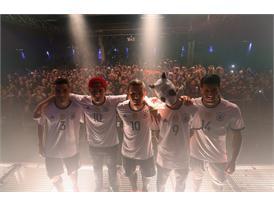 Die Mannschaft und Cro präsentieren auf Rap-Konzert Trikots für die EURO 2016 - 1