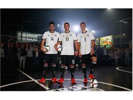 Die Mannschaft und Cro präsentieren auf Rap-Konzert Trikots für die EURO 2016 - 3