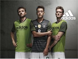 SP DFA Social DFB Away Kit Group Concrete 3 Players