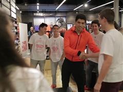 adidas: Luis Suárez sorprende a unos jóvenes en la tienda de Paseo de Gracia y responde a sus preguntas