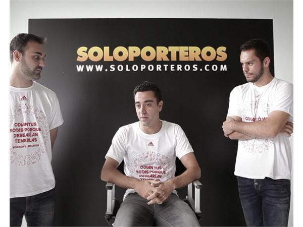 Xavi se cuela en una sesión de fotos y analiza la situación de su equipo así como su futuro