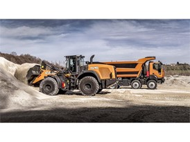 The 1121G Wheel Loader at work with an IVECO ASTRA HD9 truck