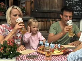 Bayerische Alm im Sommer, Brotzeit und Bier