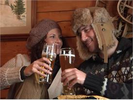 Bayerische Alm im Winter, Brotzeit und Bier