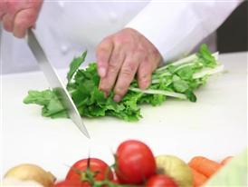 Produktentwicklung - Küchenmeister beim Gemüse schneiden