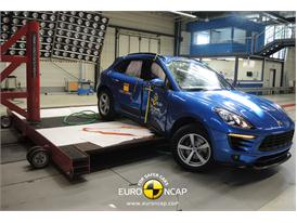 Porsche Macan  - Pole crash test 2014 - after crash