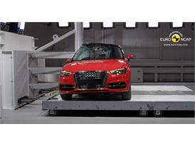 Audi A3 Sportback e-tron - Pole crash test 2014