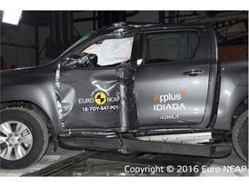 Toyota Hilux - Pole crash test 2016 - after crash