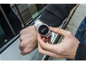 A Samsung wearable to lock and unlock SEAT car