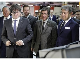 Puigdemont tries the smartglasses used at SEAT for some processes at Logistics