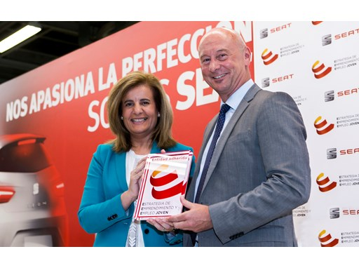 Spanish Minister for Employment and Social Security Fátima Báñez presents a plaque to SEAT Executive Vice-President f