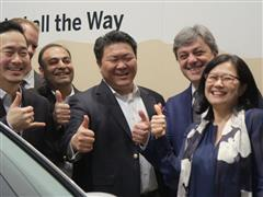 Executives from Samsung and SAP and the President of SEAT meet at the Mobile World Congress