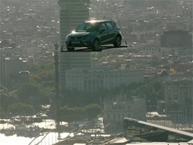 Version without graphics: This is how you hang a car from a helicopter