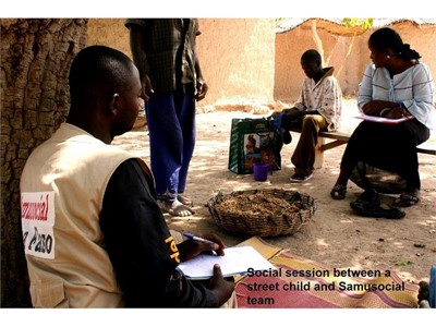 Social session between a street child and Samusocial team