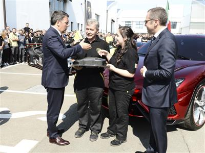M. Renzi receives a carbon fibre model from 2 Lamborghini blue collars