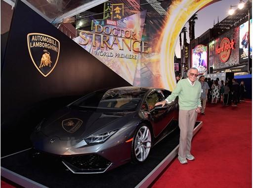 Image : Stan Lee and Lamborghini Huracán on the red carpet