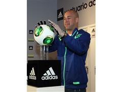 Pepe Reina presenta sus botas y guantes PREDATOR