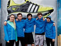 Newcomer-Band Claire läuft mit adidas Energy Boost