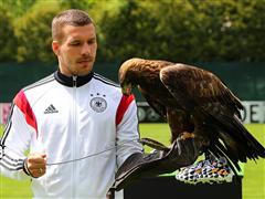 Adler überreicht Nationalspielern adidas Battle Pack für die Weltmeisterschaft