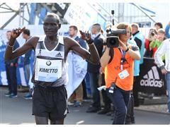 Ambasadorul adidas, Dennis Kimetto, se incarca cu Energia BOOST™ in cea mai rapida cursa de maraton din istorie