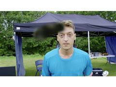 """""""Boss"""" Özil: Der Clip mit dem Kaugummi-Kick"""