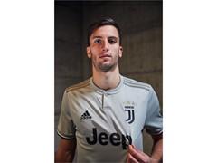 adidas Futebol revela nova camisa II da Juventus para a temporada 2018/19