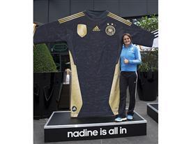 adidas empfängt DFB Frauen mit Glücksbringer-Trikots in Berlin