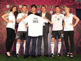 adidas Trikotpräsentation mit Lukas Podolski, Joachim Löw, Günter Weigl, Thomas Müller (v.l.)