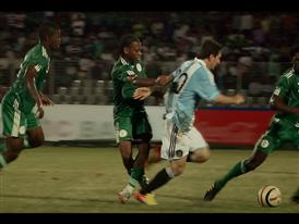 Leo Messi taking on the Nigerian defense