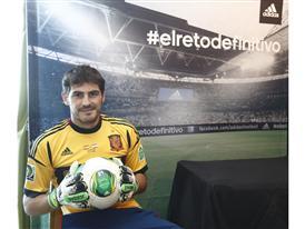 Iker Casillas_guantes predator_balon oficial Cafusa