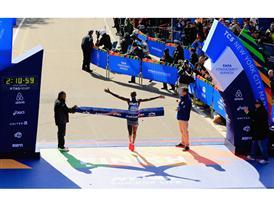I vincitori della New York City Marathon Wilson Kipsang e Mary Keitany tagliano il traguardo indossando le adidas adizero Adios BOOST™