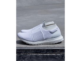 Running FW17 ULTRABOOST-LACELESS WHITE Hero-02