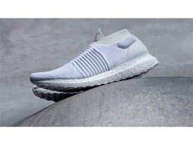 Running FW17 ULTRABOOST-LACELESS WHITE Hero-01 16x9