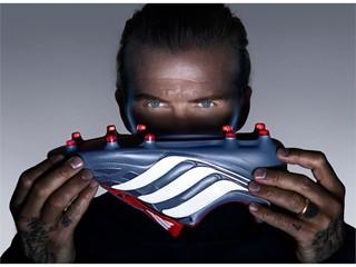 David Beckham e Zinedine Zidane mostram a precisão da nova Predator