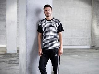 """Aus dem Ozean auf den Rasen: Nachhaltiges Aufwärm-Trikot von adidas für """"Die Mannschaft"""""""