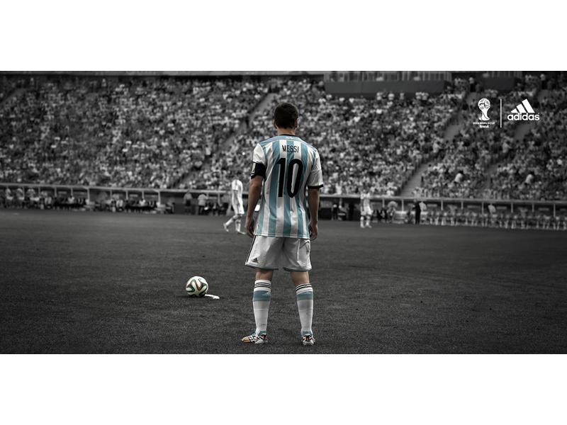 Leo Messi przed rzutem wolnym