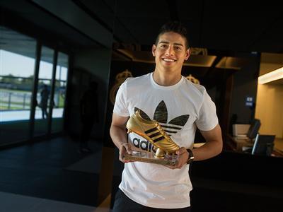 James Rodríguez recibe el premio Bota de Oro adidas