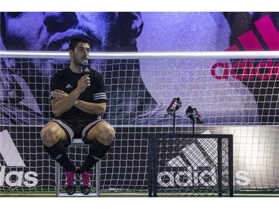Luis Suárez ha presentado sus nuevas botas adidas X del pack Black and White