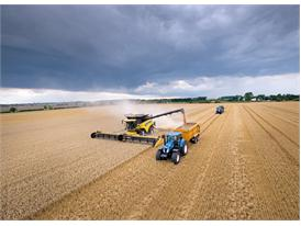 The New Holland CR10.90 unloading on the go during the record