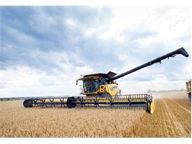 New Holland Agriculture's CR10.90 world-record combine harvesting wheat in the UK during the record