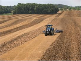 New Holland T8.420 Auto Command™ working with auto guidance